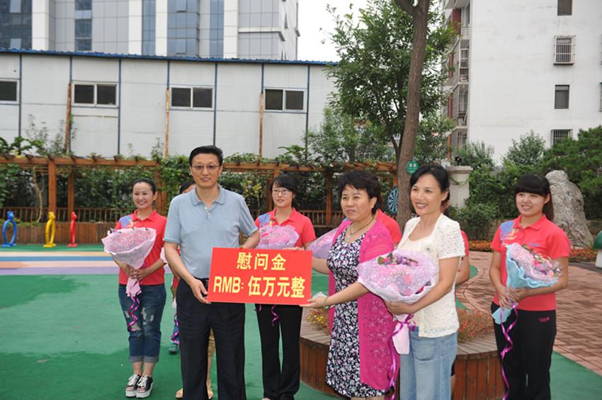 孟宪伟主任教师节前走访慰问区实验幼儿园一线教师